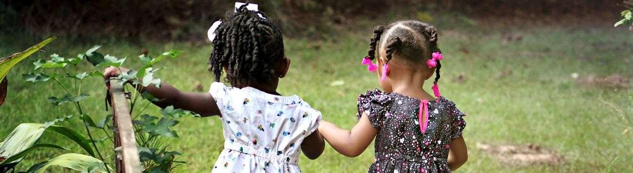 Två flickor som håller hand.